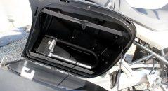 Los accesorios de equipaje son sin duda la solución más cómoda para transportar el antirrobo de moto. Si no contáis con ninguno, echad un vistazo a las bolsas sobredepósito: ¡las hay bastante baratas!