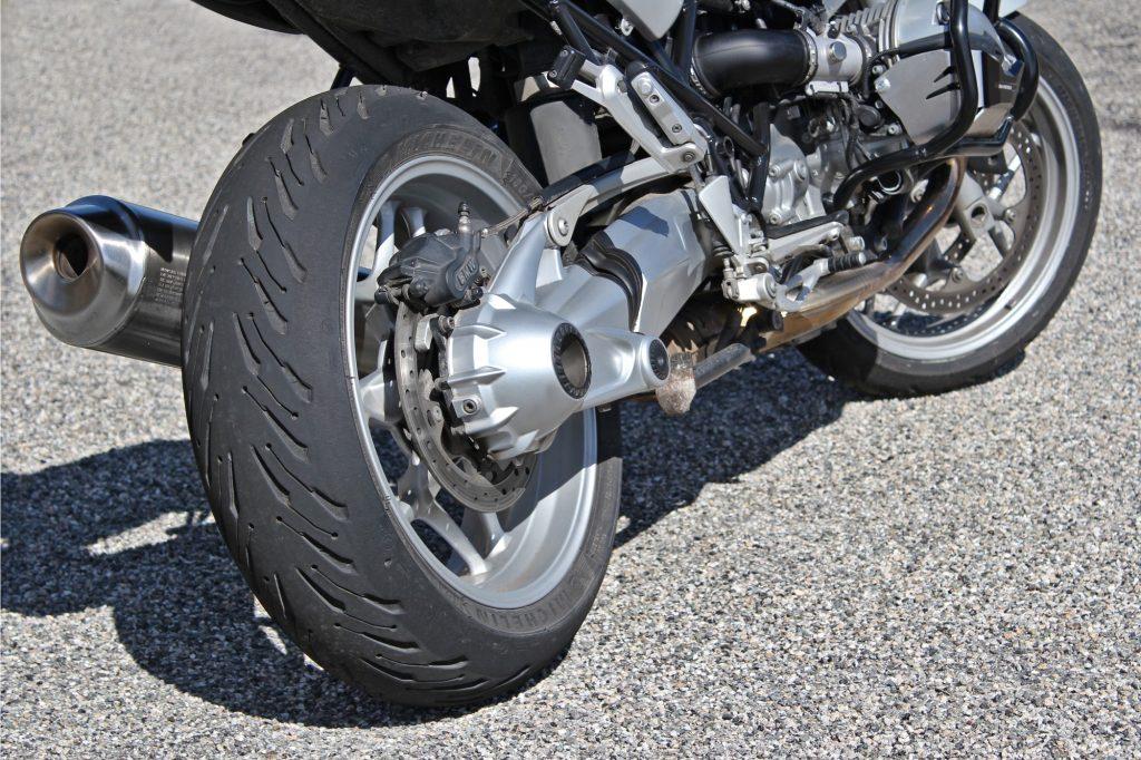 El diseño atípico de la banda de rodadura hace los Michelin Road 5 inmediatamente reconocibles