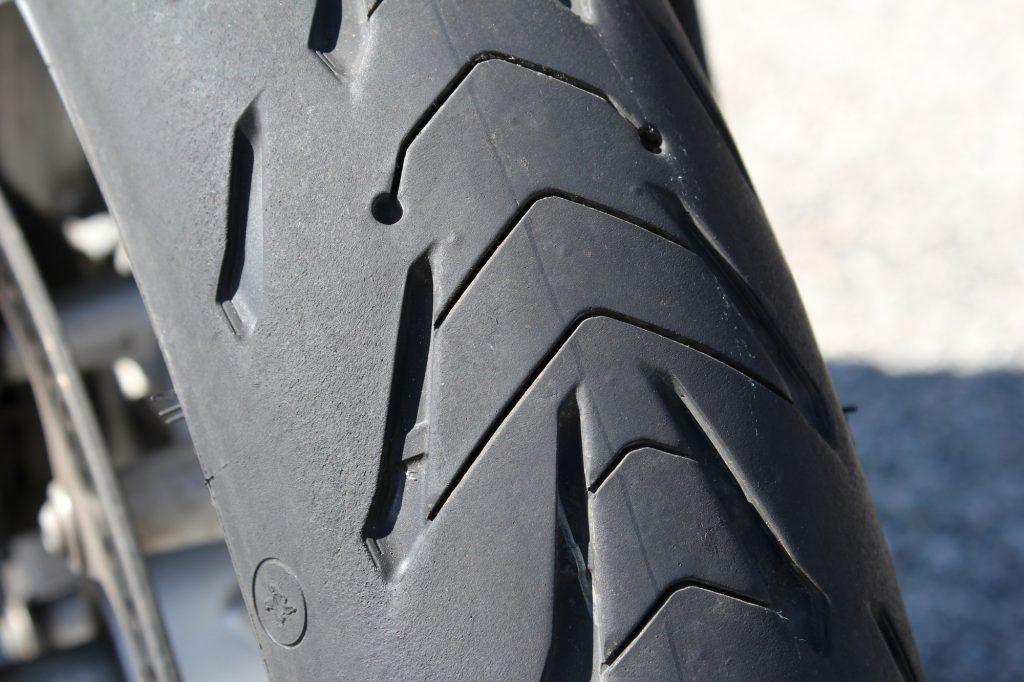Los surcos del neumático delantero permiten frenar en mojado con seguridad