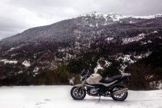 Moto en la nieve en invierno