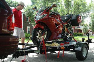 Consejos para transportar la moto en un remolque